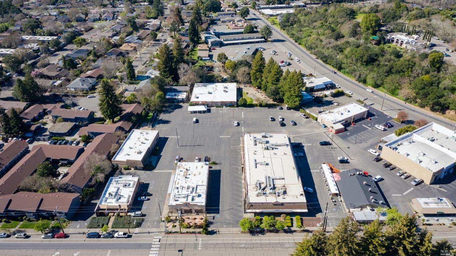Commercial pour l Vente à 531 Summerfield Road Santa Rosa, Californie 95405 États-Unis