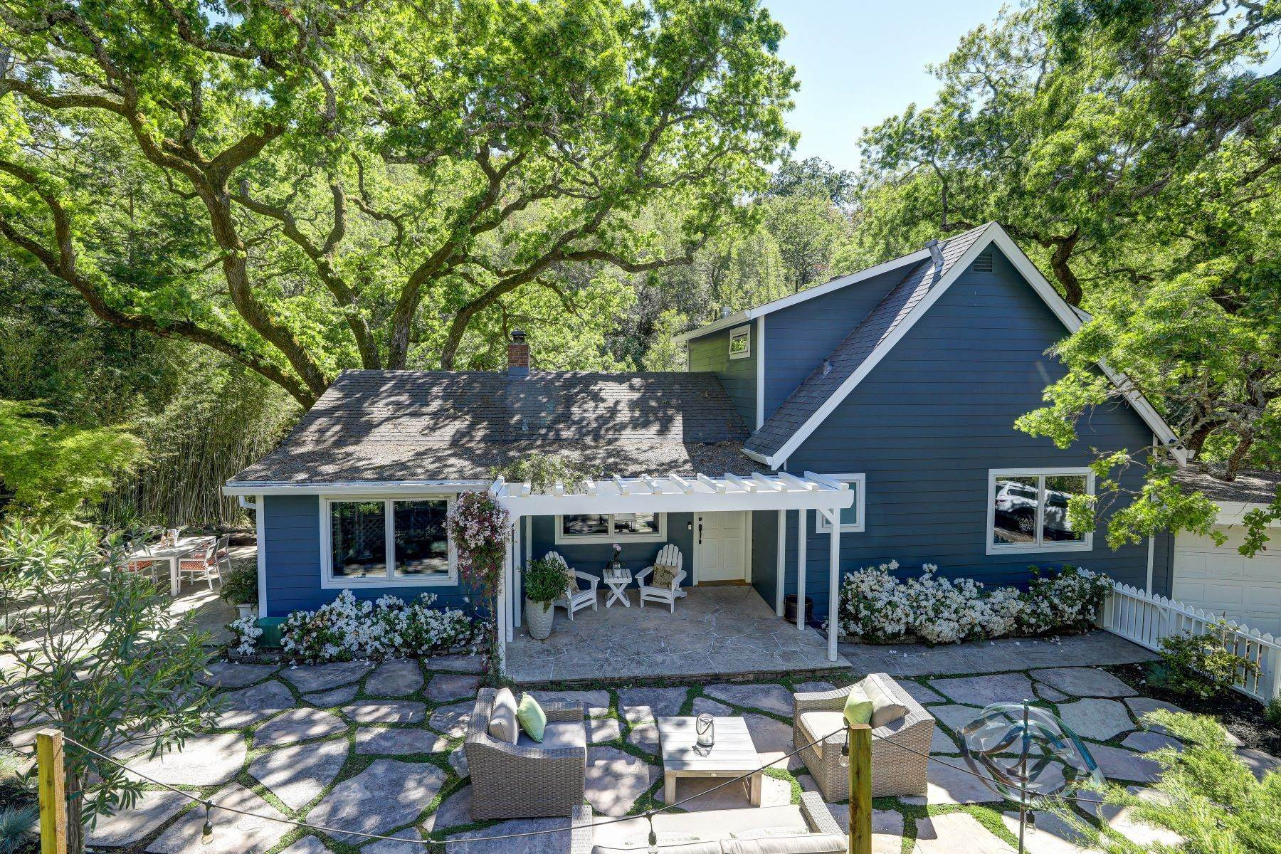 Single Family Homes per Vendita alle ore The Perfect Country Retreat Minutes to Town 380 Oakcrest Road San Anselmo, California 94960 Stati Uniti
