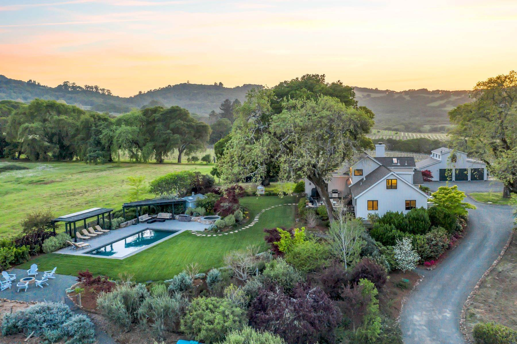 Single Family Homes per Vendita alle ore Gorgeous Views & Setting 5597 Enterprise Rd Glen Ellen, California 95442 Stati Uniti