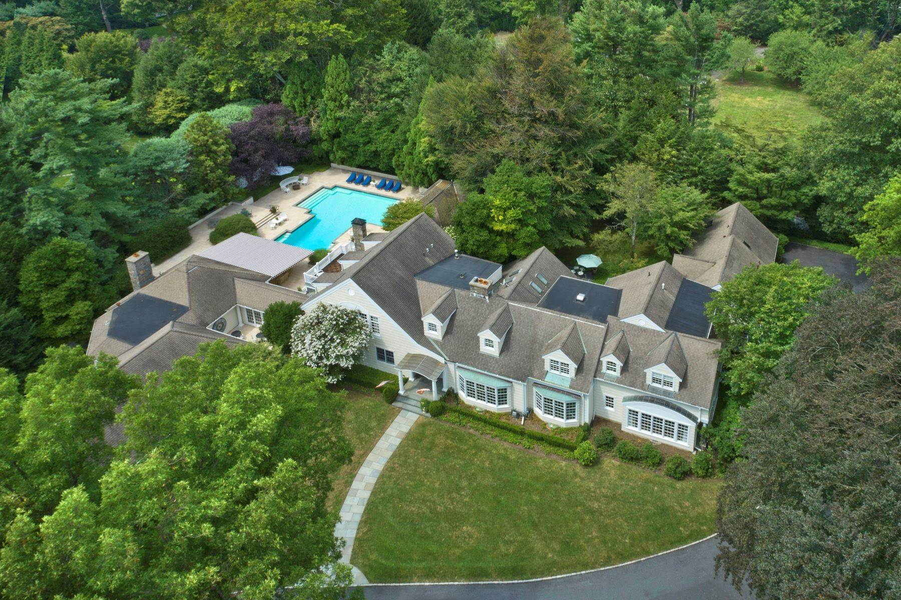 Single Family Homes のために 売買 アット Stunning Country Compound Near Town 1 Winding Lane Greenwich, コネチカット 06831 アメリカ